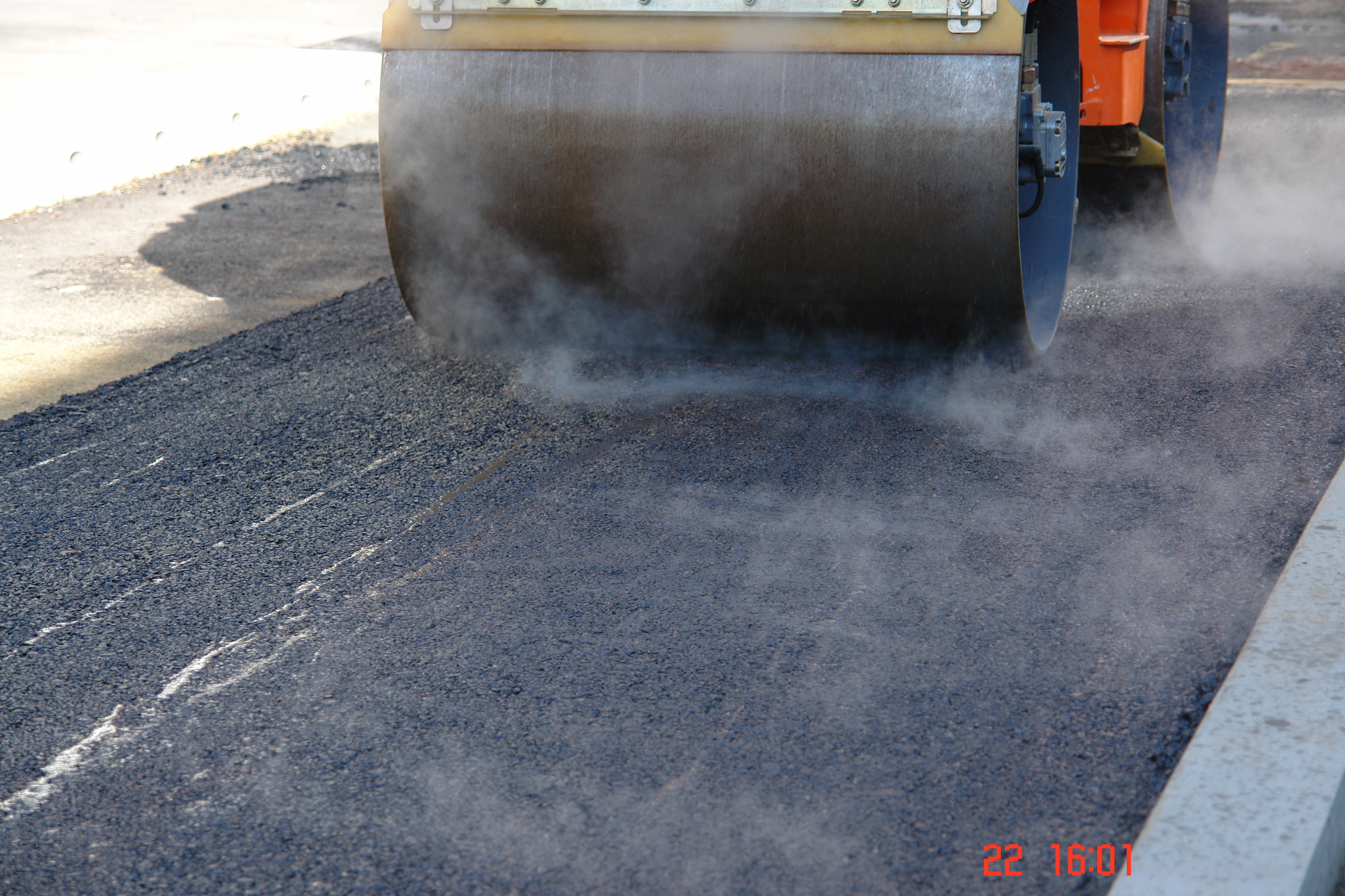 Compaction of the freshly installed asphalt layer by the HD10 roller from Hamm